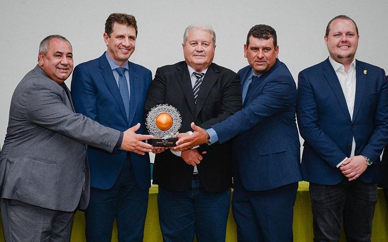 Ernani Polo recebe troféu semente de ouro na Expodireto 2020