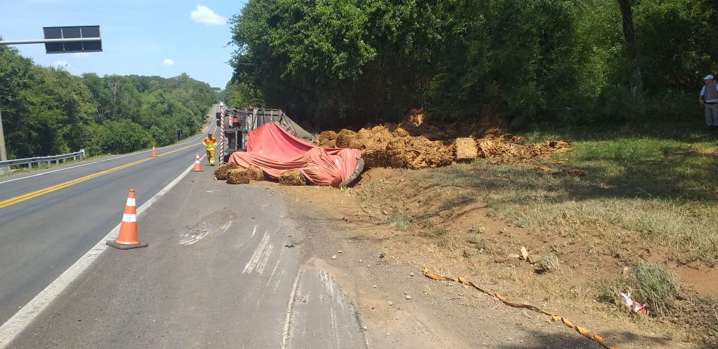 Caminhão carregado de fumo tomba e motorista morre na BR 386 em Tio Hugo