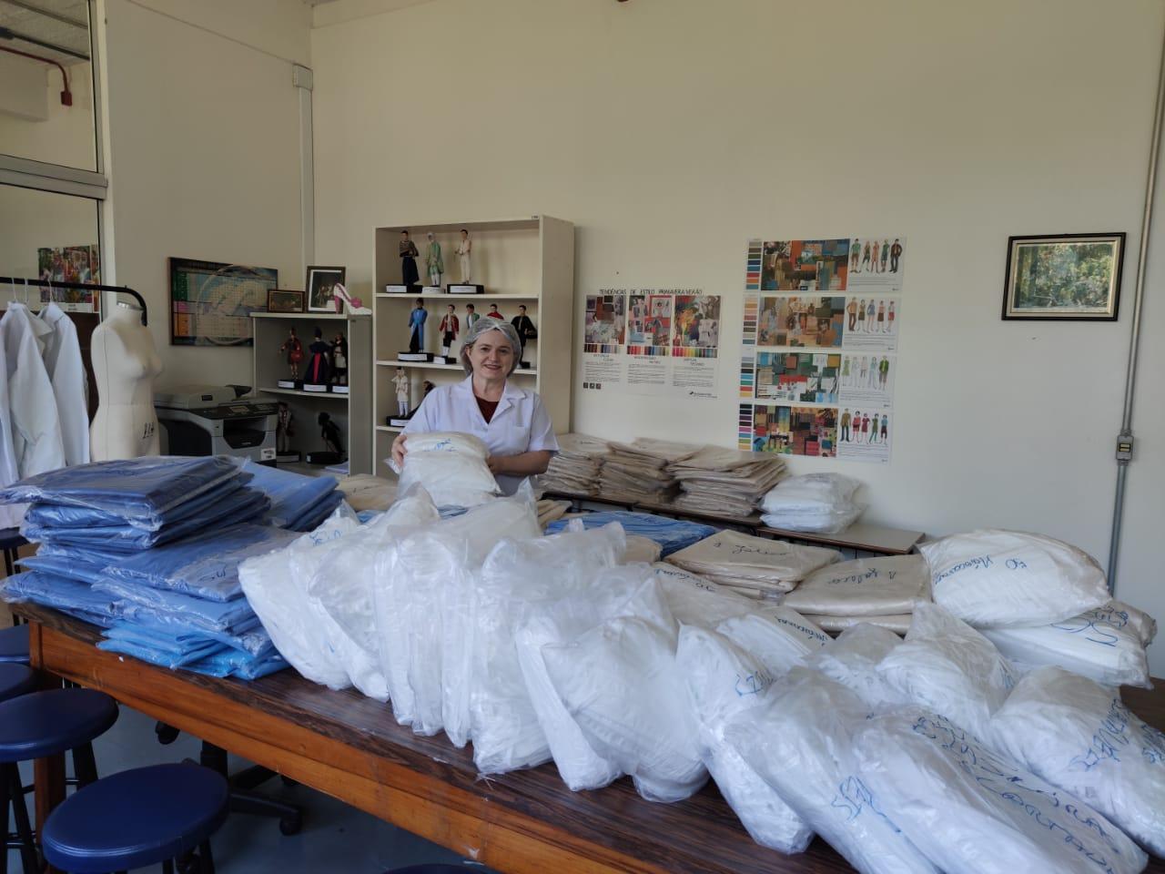 Voluntários da UPF entregam 3,5 mil máscaras descartáveis para uso no enfrentamento da covid-19 em Passo Fundo