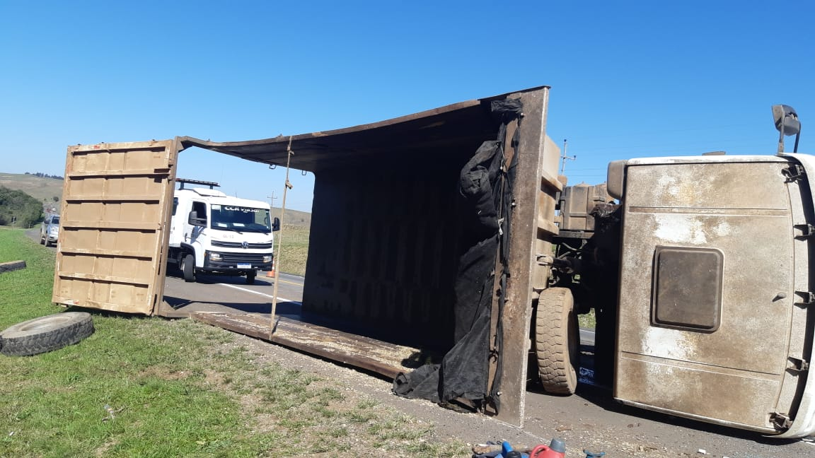 Caminhão tomba na BR 386 em Soledade