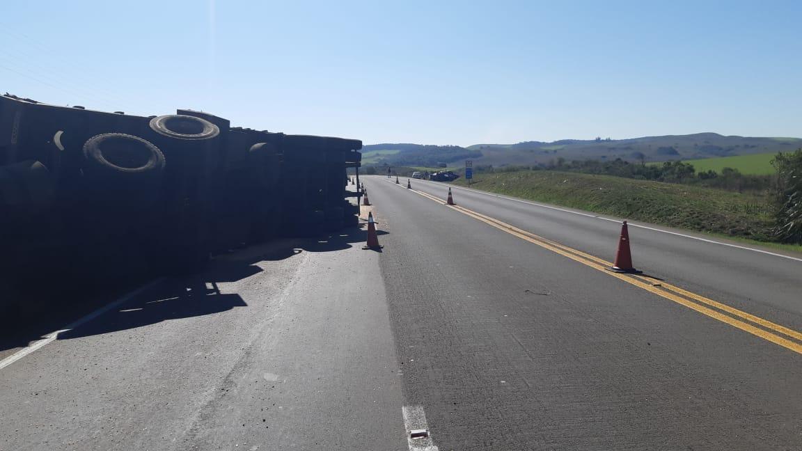 Motorista é socorrido pela empresa CCR ViaSul após tombamento de carreta na BR 386 em Soledade