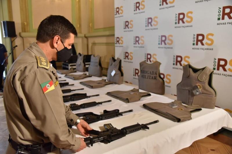 Governo do Estado entrega 799 fuzis carabinas e 1,7 mil coletes balísticos à Brigada Militar