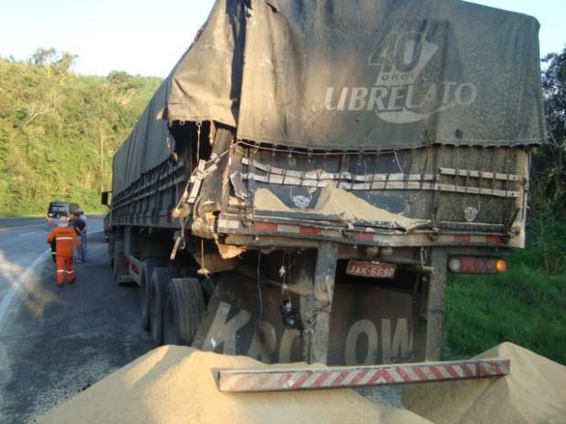Caminhão sem freio colide em duas carretas e sai de pista na BR-386 em Pouso Novo