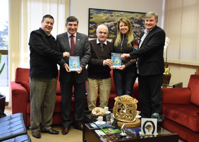 Reitor da UPF  recebe Plano estratégico de desenvolvimento da região Botucaraí