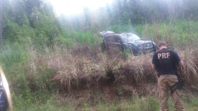 Condutor perde controle do veículo, sai da pista e cai em barranco em Pouso Novo