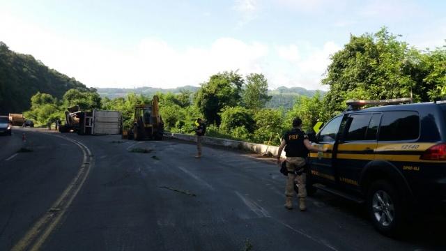 Ocupante de carreta morre em acidente na BR 386, em Pouso Novo