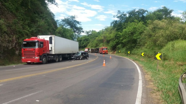 Condutor de caminhão fica preso às ferragens após colisão na BR 386, em Pouso Novo
