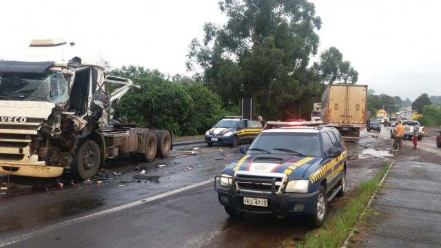 Após colisão caminhões ficam atravessados sobre a pista na BR 386, em Lajeado