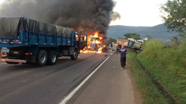Acidente envolvendo oito veículos provoca incêndio e mata uma mulher próximo a Encantado