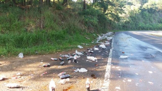 Caminhão carregado de refrigerantes ocasiona acidente na BR 386, em Pouso Novo