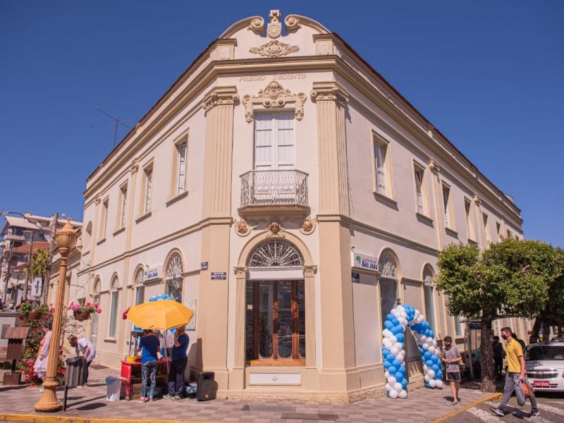 Rede de Farmácias São João inaugura filial em prédio histórico na cidade de Garibaldi