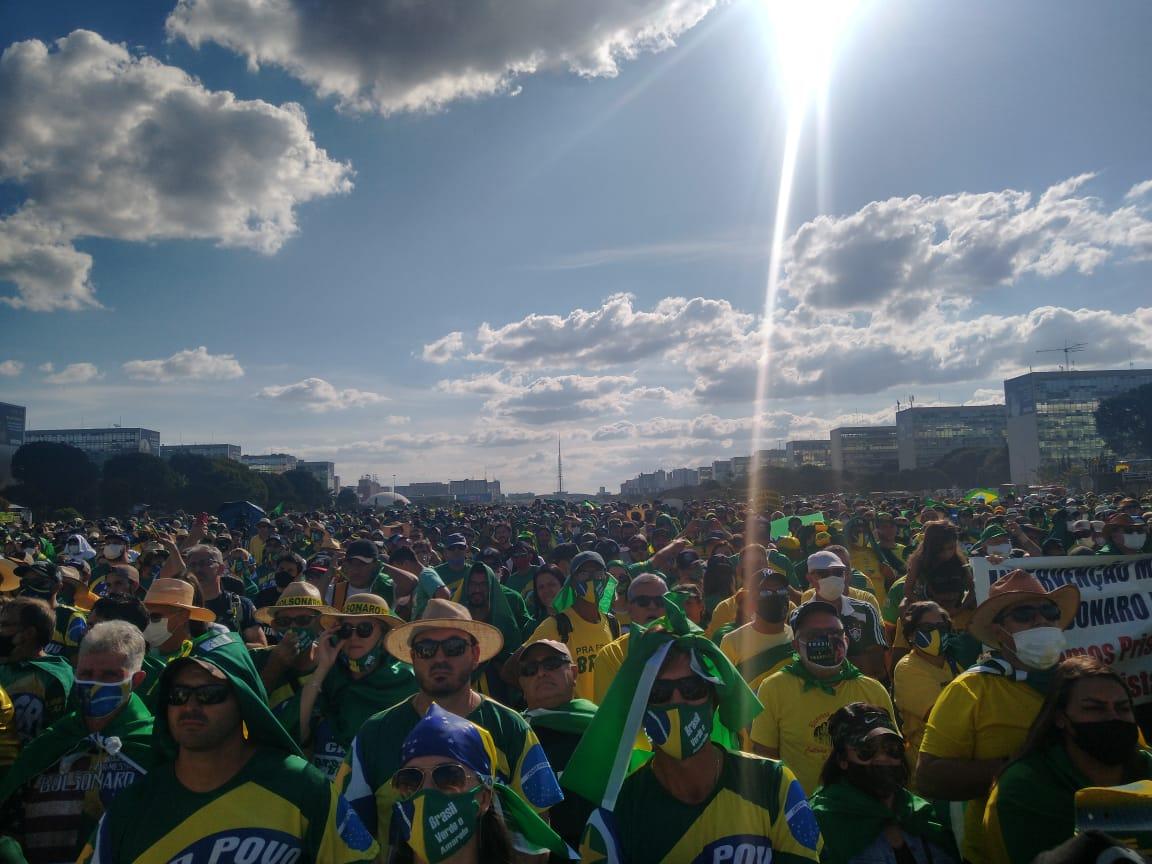 Milhares de pessoas participam de Movimento Brasil Verde e Amarelo em Brasília