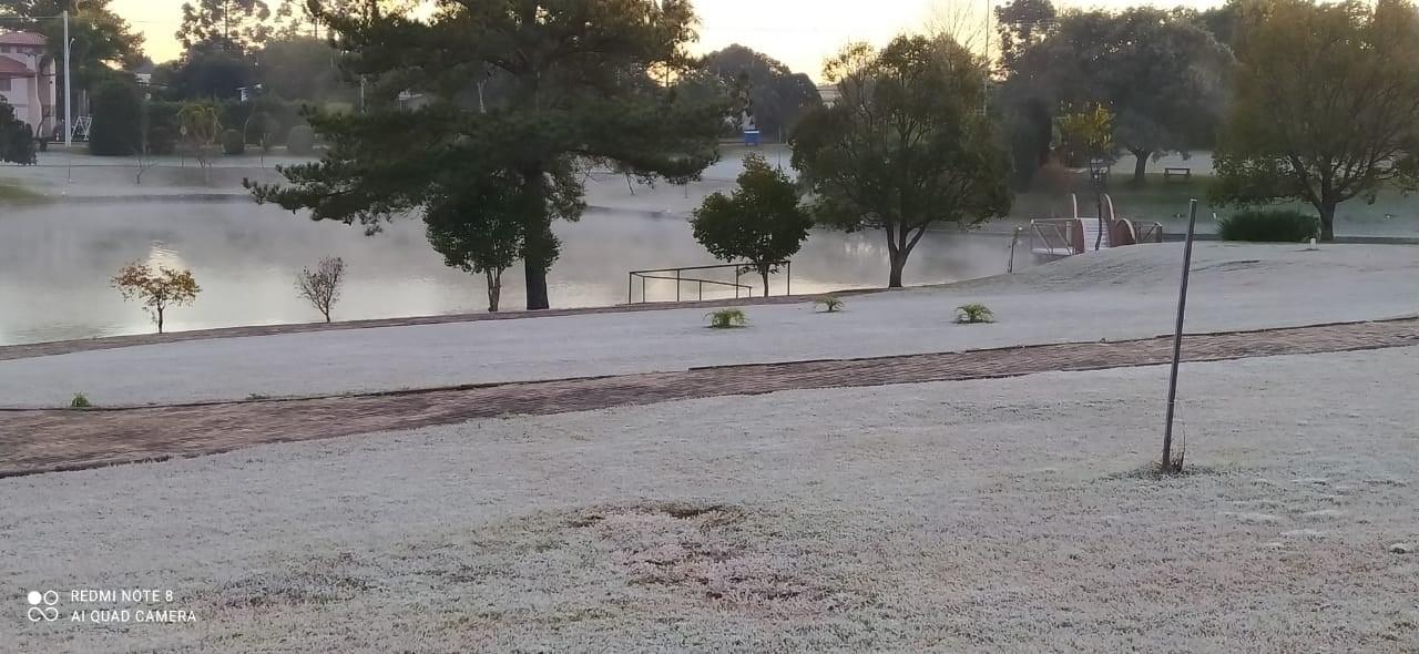 FOTOS: Geada e frio marcam início de manhã na região
