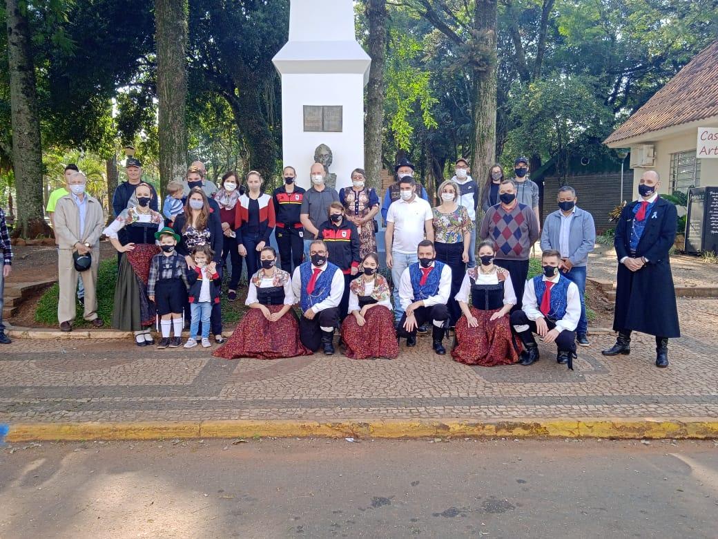 Associação Alemã comemora dia da imigração em frente ao busto de  Leopoldina de Áustria em Não-Me-Toque