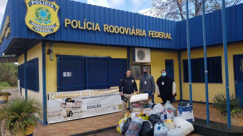 Polícia Rodoviária Federal entrega agasalhos em Sarandi e realiza campanha Estrada Solidária