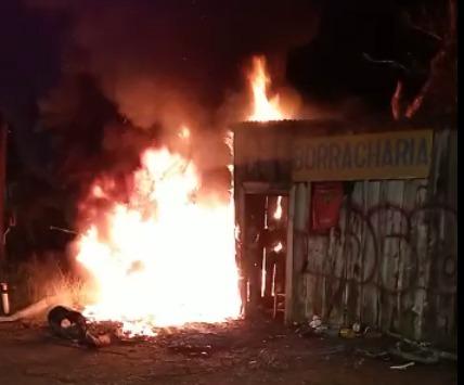 Bombeiros de Carazinho combatem incêndio em borracharia