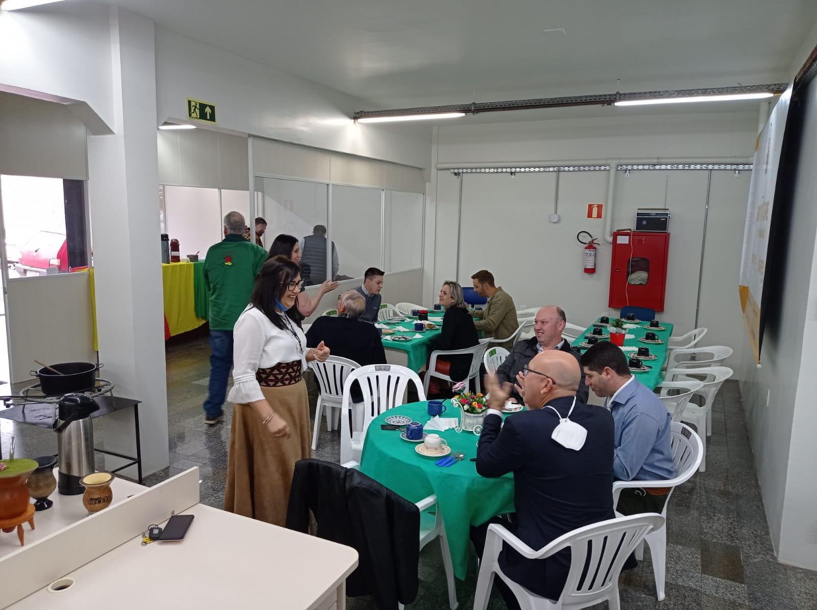 Grupo Ceres promove Café de Chaleira para lideranças políticas e empresários da região