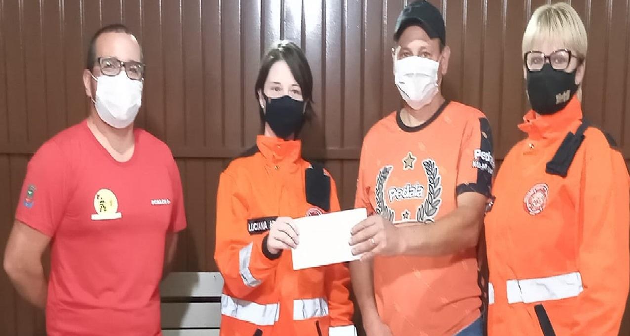 Pedala Não-Me-Toque entrega doação aos Bombeiros Voluntários