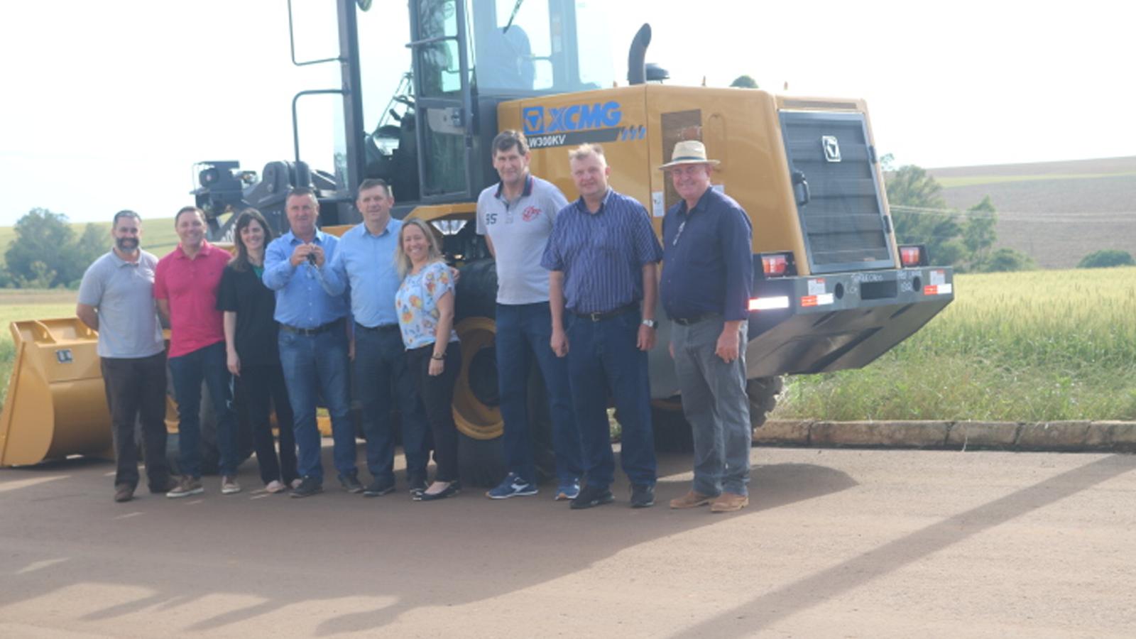 Prefeitura de Lagoa dos Três Cantos faz entrega oficial de nova máquina para Secretaria de Obras
