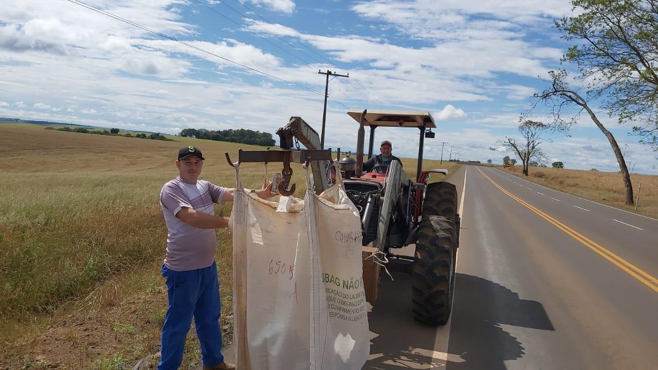 Agricultores fazem gesto nobre e recolhem lixo na RS 142