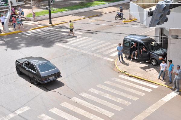 Carro entra no Santander