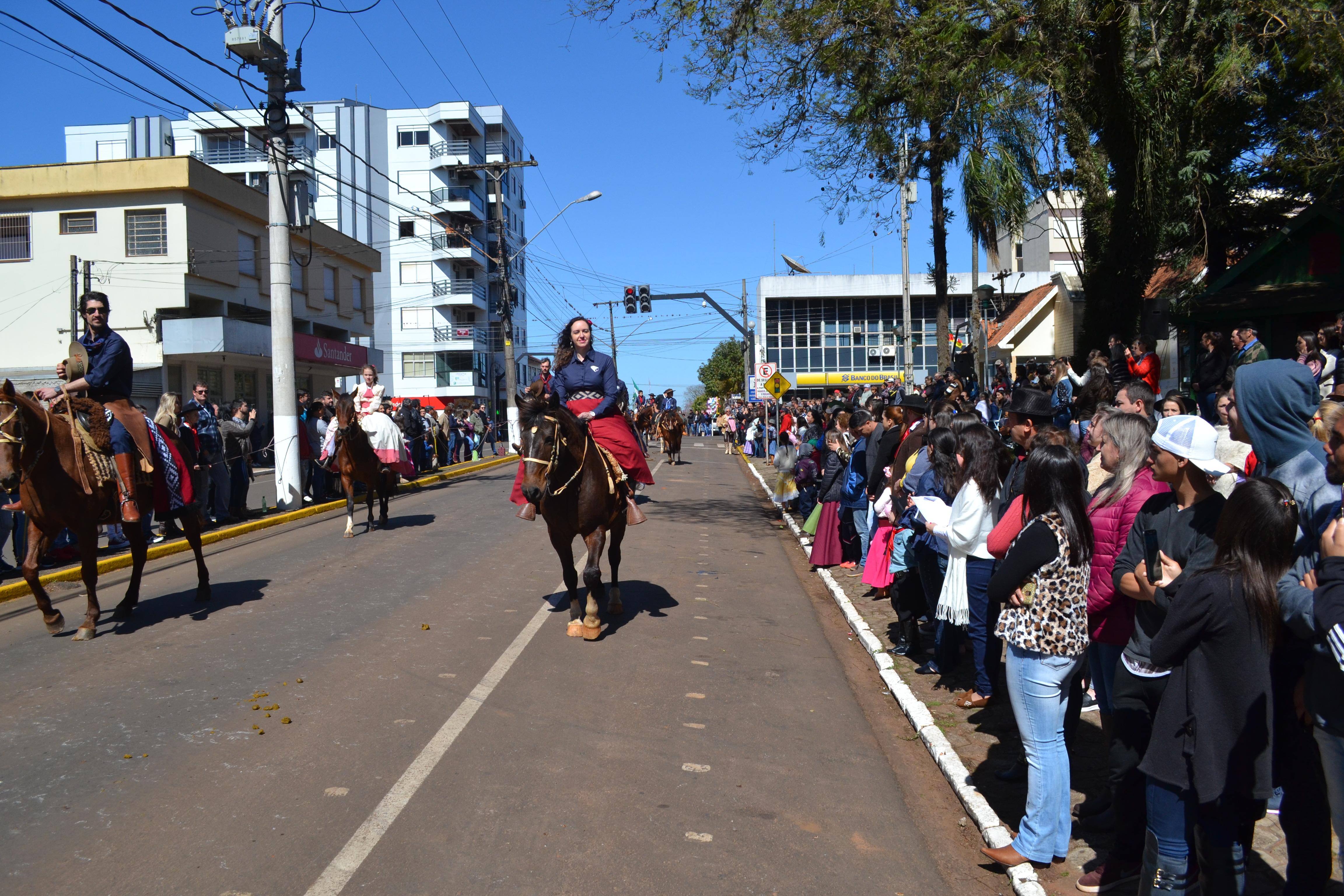 Desfile encerra Festejos Farroupilhas