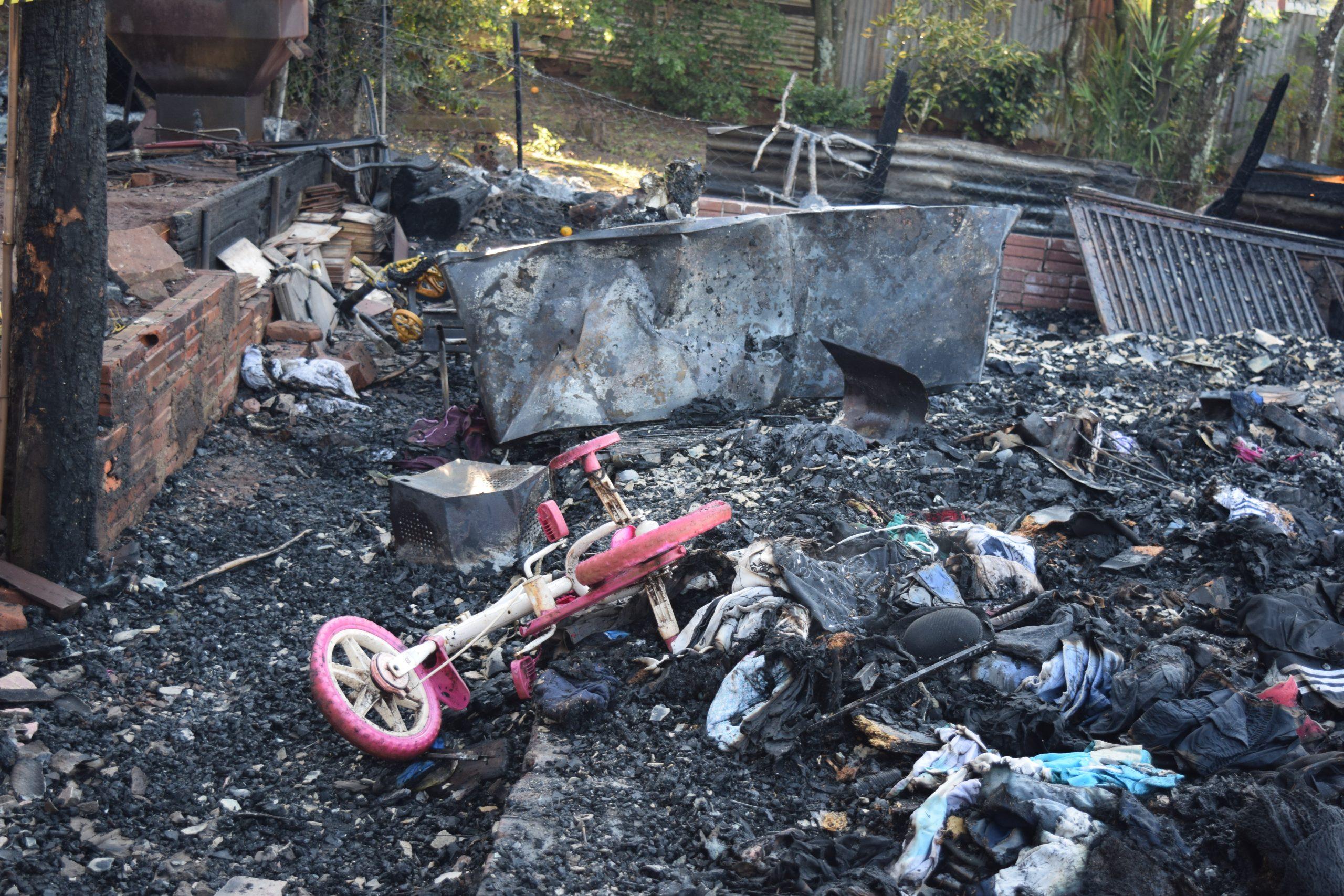 Após perder tudo em incêndio criminoso, famílias de Não-Me-Toque aceitam doações