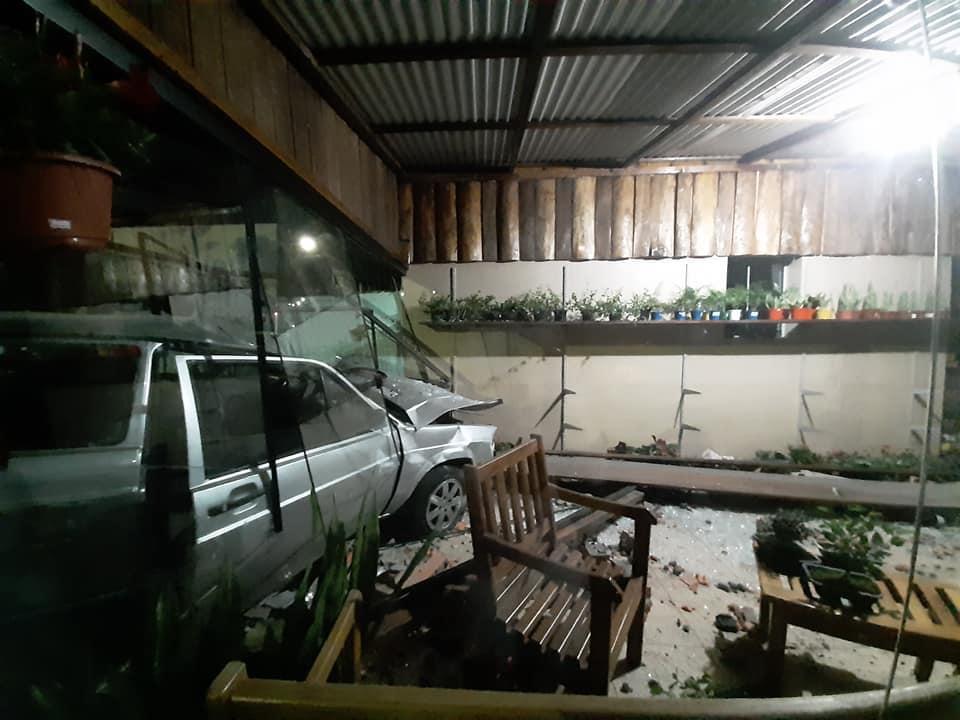 Motorista perde controle de carro em Não-Me-Toque, invade floricultura e foge do local