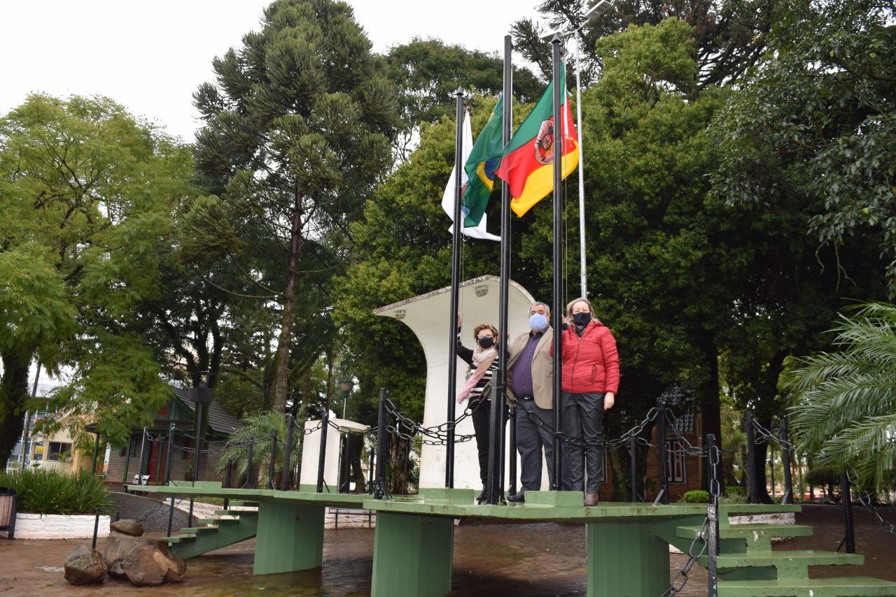 Solitários e representando o povo, autoridades realizam hasteamento das bandeiras no Altar da Pátria em Não-Me-Toque