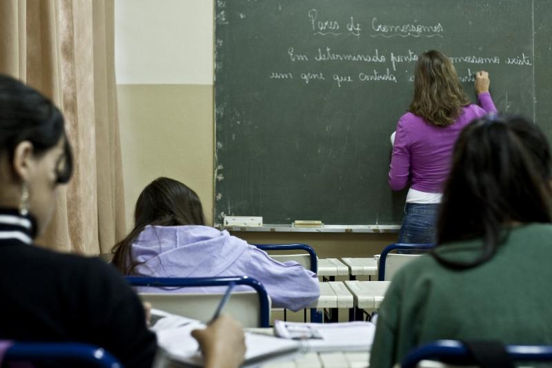 Aberto processo para a contratação temporária de 4 mil professores de Português e Matemática