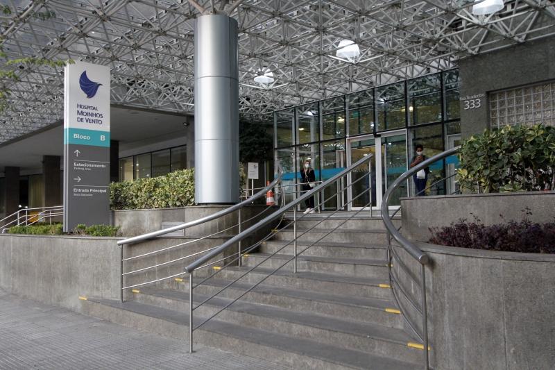 """Hospital Moinhos de Vento aluga contêiner para acomodar pacientes mortos: """"Ultrapassou a capacidade"""", diz superintendente"""