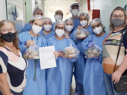 Pequenas empresas de Coqueiros do Sul e parceiros prestam homenagem aos profissionais de saúde do HCC