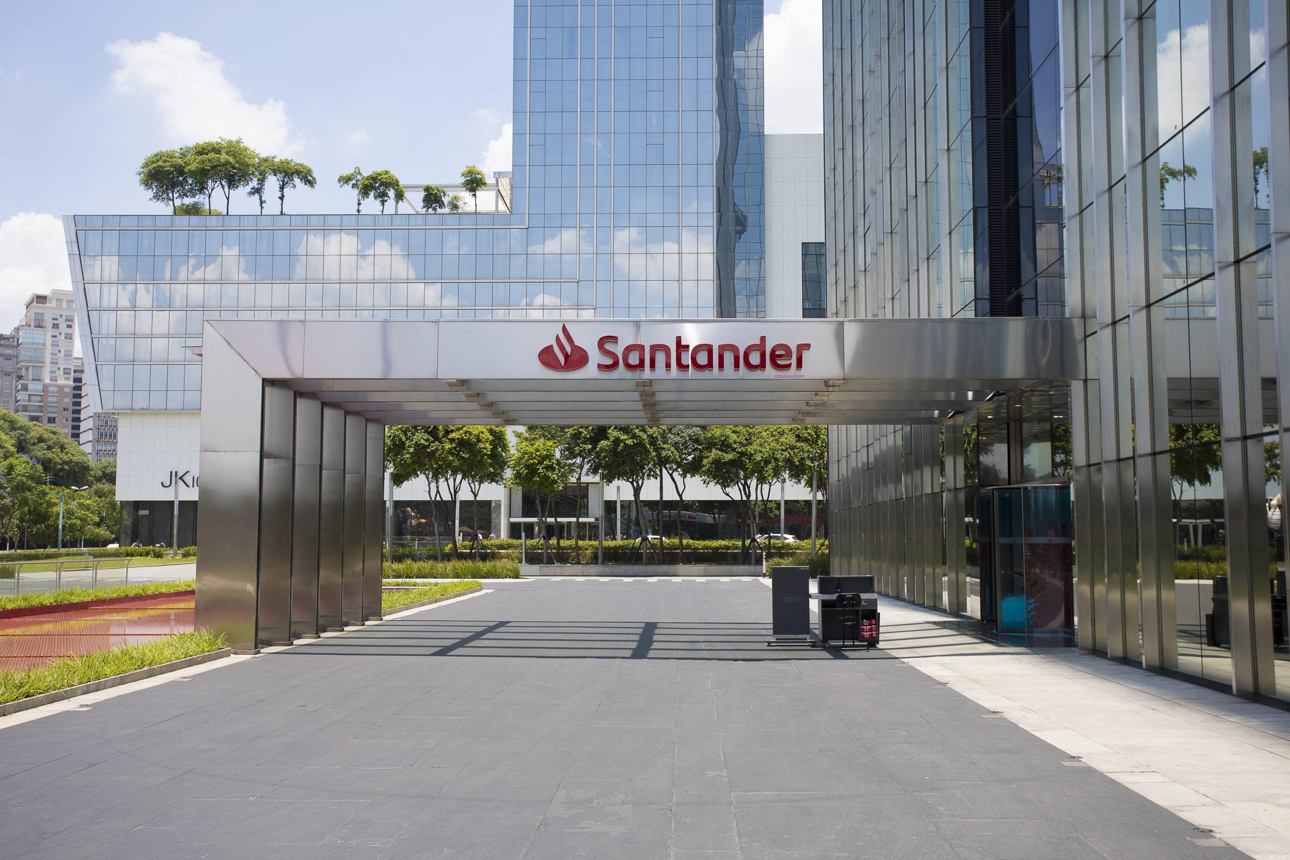 Santander oferece 50 mil bolsas de estudo para capacitação em TI e RH