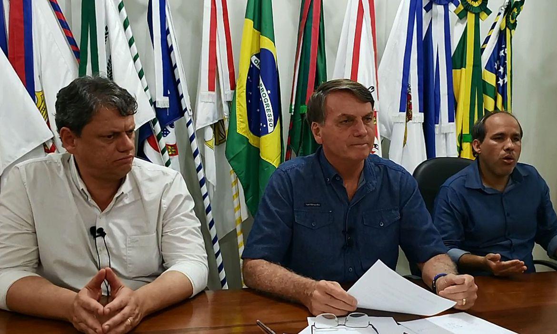 Bolsonaro negocia mudanças em projeto que muda ICMS sobre combustíveis