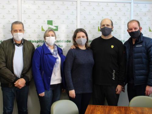 Hospital de Caridade de Carazinho recebe homenagem de paciente que venceu à Covid-19