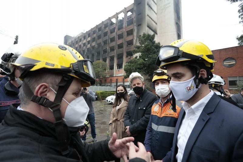 """""""É um dia muito triste, mas a segurança pública do RS segue firme e operante"""", afirma governador sobre incêndio na SSP"""