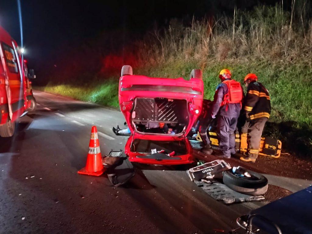 Uma pessoa fica ferida após colisão de carro e carreta na BR-285 em Passo Fundo