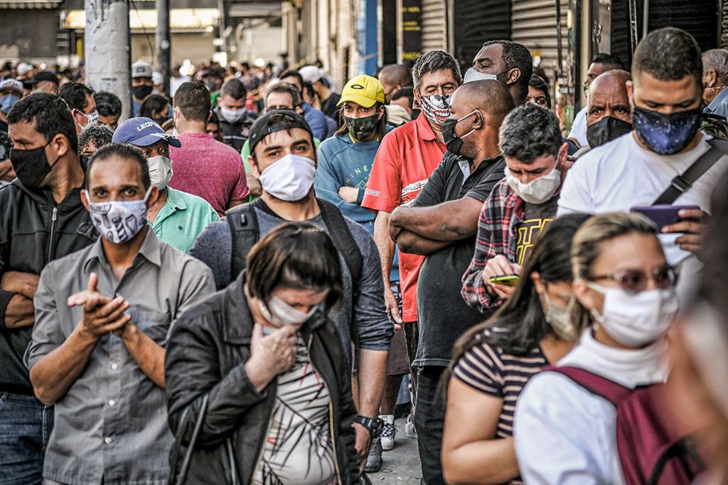 Máscaras devem ser descartas corretamente: saiba como