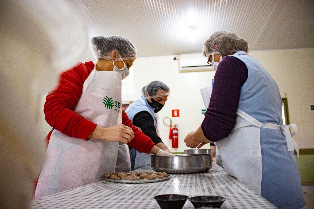Curso de Bolachas e Salgados Caseiros em parceria com o Sindicato Rural de Não-Me-Toque certifica 9 mulheres