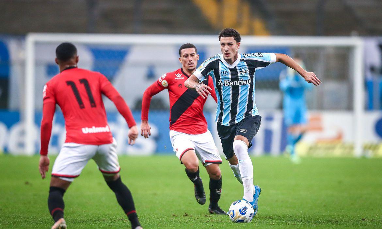 Grêmio perde em casa para o Atlético-GO e segue em último