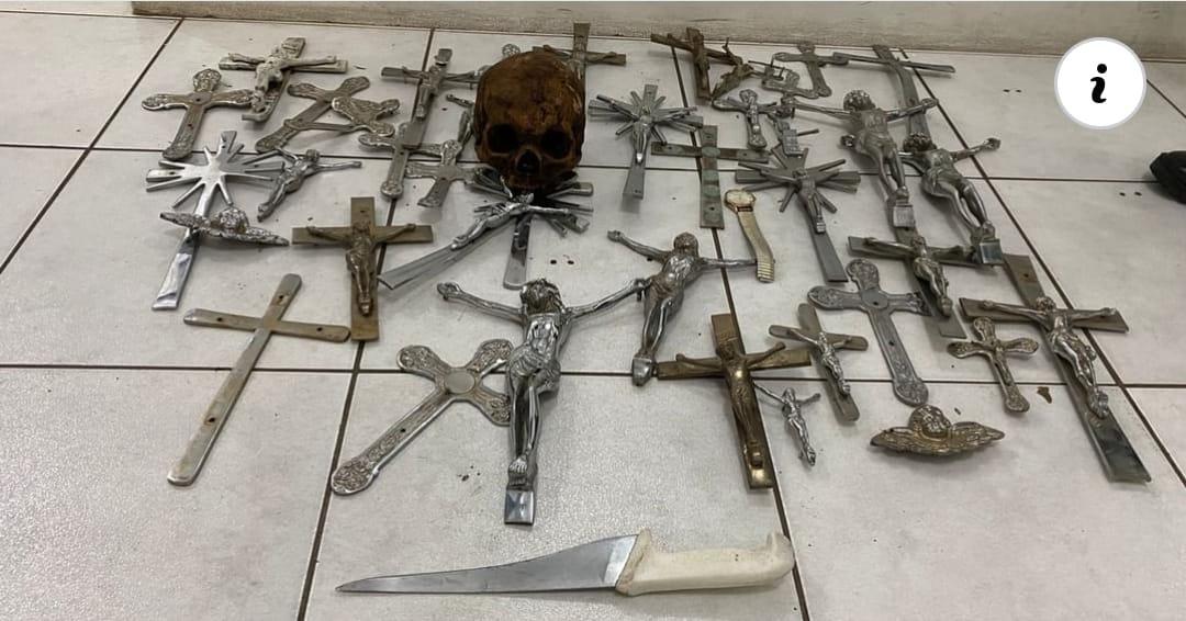 BM prende homem com 41 crucifixos e crânio humano, furtados de cemitério