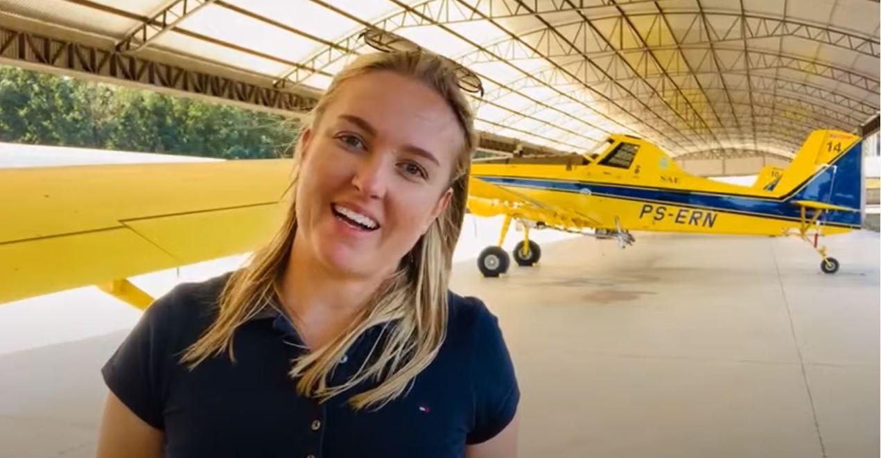 A não-me-toquense Joelize Friedrichs se tornou a primeira mulher piloto agrícola de combate a incêndios do Brasil