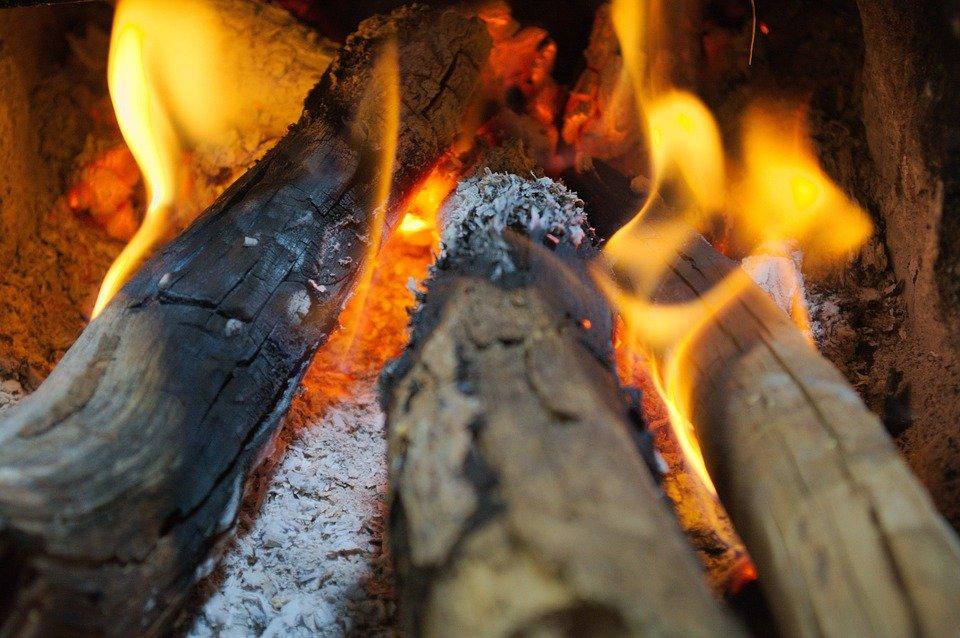 Jovens morrem asfixiados após queimarem lenha para se proteger do frio