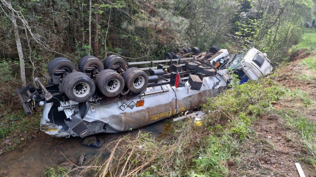 Caminhão-tanque sai da pista e tomba em rio entre Passo Fundo e Marau