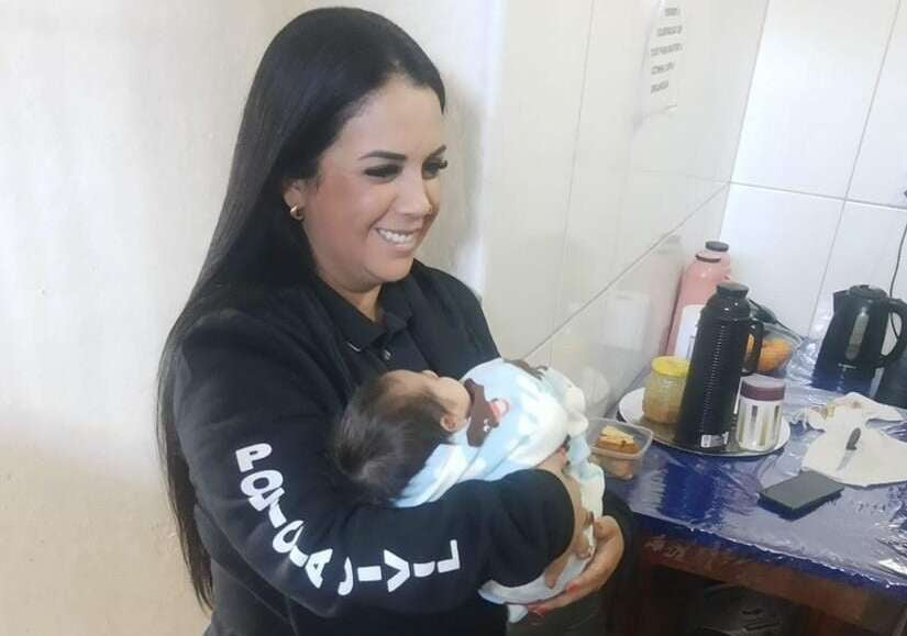 Delegada Regional Fabiane Bittencourt cuida de bebê de 45 dias após mãe ser presa em operação
