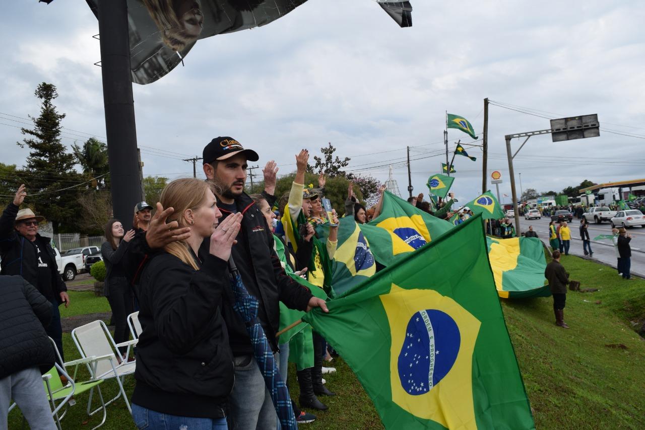 Multidão participou da manifestação no trevo de Tio Hugo