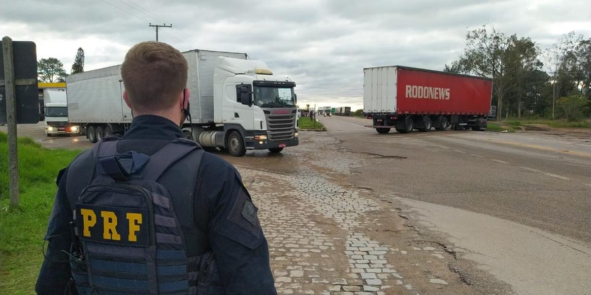 Protesto de grupos de caminhoneiros gera bloqueios nas rodovias do RS