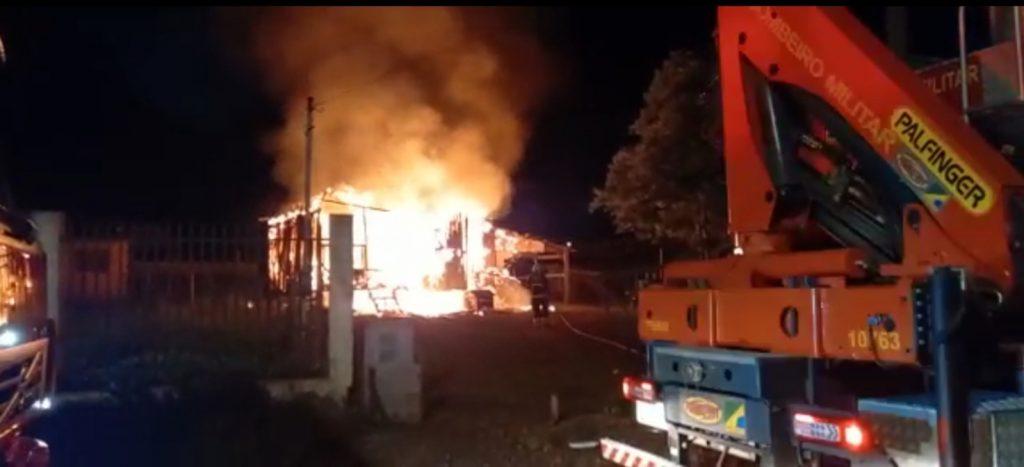 Casa é consumida por fogo em Carazinho