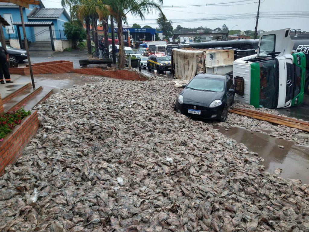 Carreta carregada de peixes tomba no trevo de acesso ao bairro São José em Passo Fundo